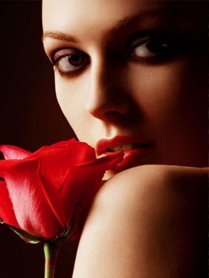 девуш кр роза к губам