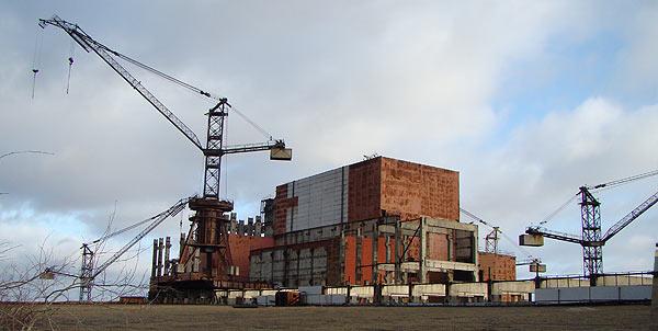 2. Брошенные краны на недостроенных конструкциях третьей очереди ЧАЭС