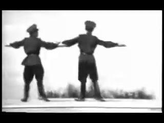 Советские солдаты жгут