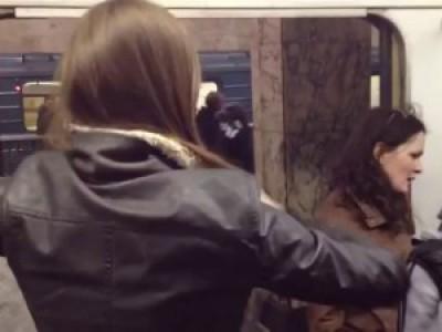 Телки быкуют в метро в итоге отхватывают