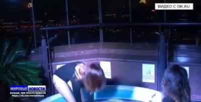 Пользователей соцсети возмутило видео драки моделей в бассейне с чёрной икрой