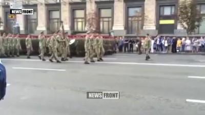 Новый раскрепощенный украинец и «сильнейшая армия Европы» шагают в ногу