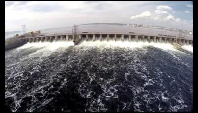 Сброс воды на Куйбышевской ГЭС.