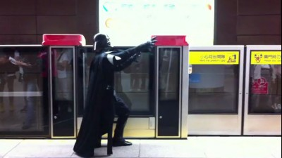 В японском метро хулиганит Дарт Вейдер