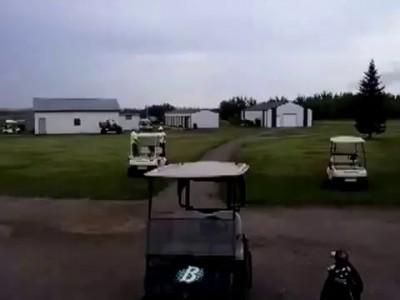 Игрок в гольф нокаутировал оппонента .