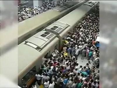 Давка в пекинском метро поразила европейцев
