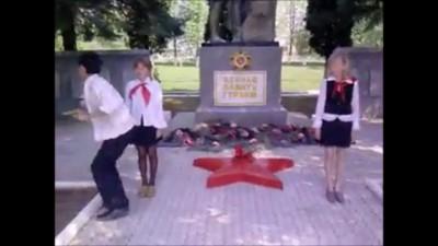 Школьник танцует на воинском мемориале в Липецкой области