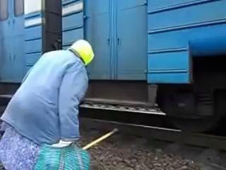 Бабушка-дачница садится на электричку, г.Запорожье