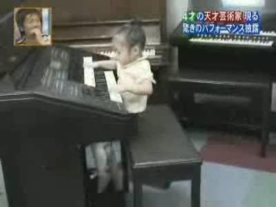 Японская девочка шпарит на синтезаторе