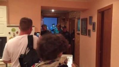 Полиция взломала дверь и зашла в штаб наблюдателей