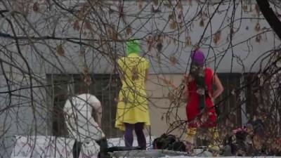PUSSY RIOT поют политзекам на крыше тюрьмы