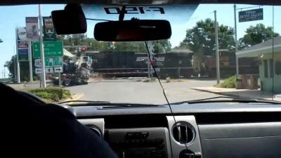 ЧП произошло в воскресенье в результате столкновения поезда с грузовиком. Спасатели срочно эвакуиров