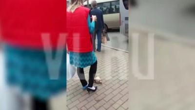 VL.ru -Во Владивостоке девушка выгуливала на улице тушку курицы