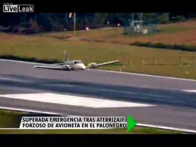 Самолет совершил вынужденную посадку