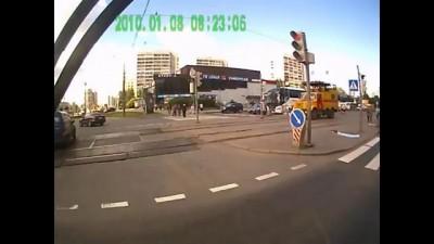 Наташка-водитель с монтировкой в руках