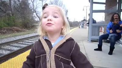 Впервые видит поезд