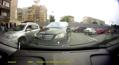 Водителя, бросившего машину на встречной полосе улицы в Минске, оштрафовали и лишили прав