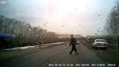 Пешеходу невероятно повезло , все могло закончиться намного хуже ...