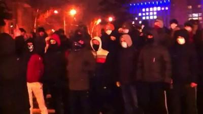Футбольные фанаты защищают Евромайдан