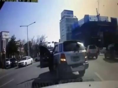 Видеорегистратор 2013! Девушка выпала из машины!