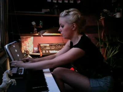 Девушка музицирует на синтезаторе