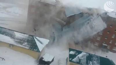 В Дудинке сильным ветром сорвало крышу пятиэтажки