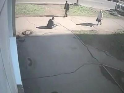 Велосипедистка сбила женщину с ребенком