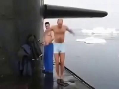 Экипаж подводной лодки решил ополоснуться!