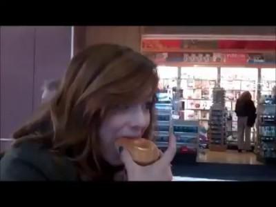Девушка ест пончик, чтобы не испачкаться кремом