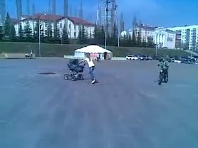 Девочка на скейте толкает коляску