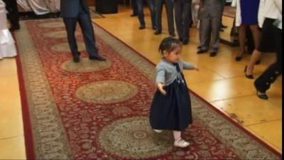 Девочка танцует на свадьбе