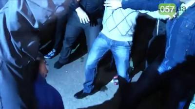 Во время сноса памятника Ленину, неизвестные жестоко избили мужчину и ставили его на колени