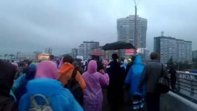 Колебания автомобильного моста во время движения крестного хода. Город Екатеринбург