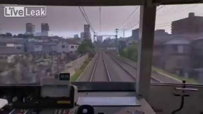 Башкой об поезд.