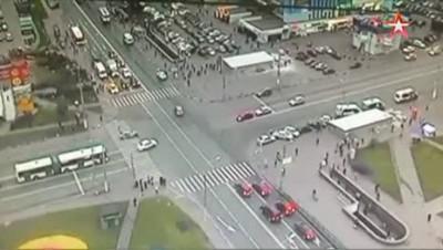 BMW врезалась в здание ТЦ