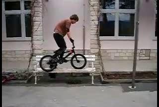Неслабое падение на велосипеде.
