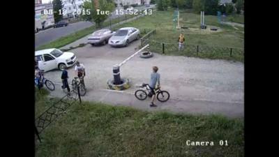 Мужчина разбивает велосипед школьника в Пензе