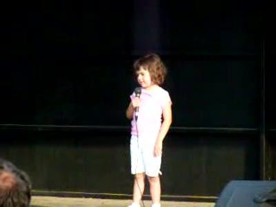 Маленькая девочка зажигает вечеринку