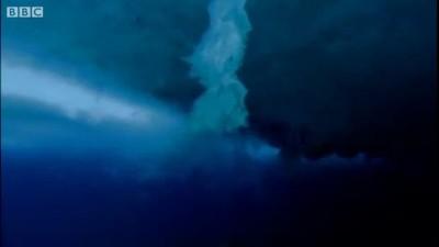 Ледяной торнадо в воде