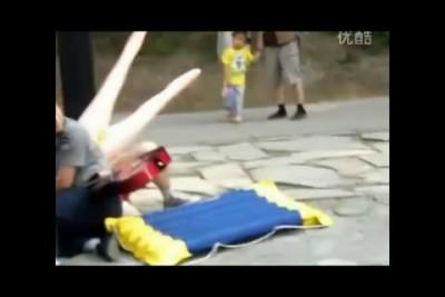 Извращенцы с резиновыми куклами на улицах Пекина , Китай