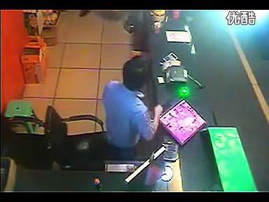 视频: 嚣张男子拿显示器狂砸网吧员工 古惑仔重现