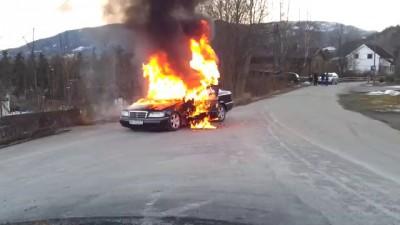 Пожарные упустили горящий автомобиль