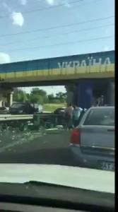 Украинцы разграбили попавший в ДТП под Львовом грузовик с пивом