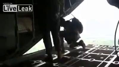 Случайно раскрывается запасной парашют внутри самолета