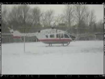 Вертолет сел на футбольное поле в Москве