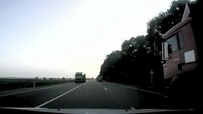 Проскочил между грузовиками