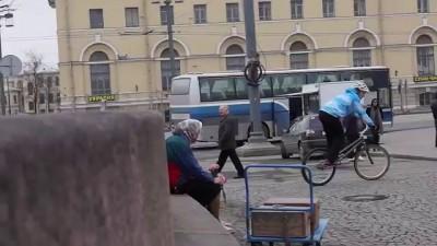 Бабушка на велосипеде.