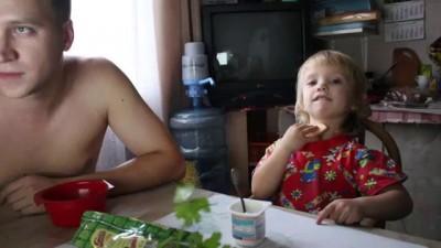 Папа с дочкой слушают музыку Placebo Where Is My Mind