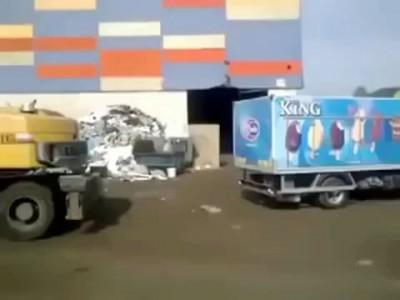 С водителем тяжелого погрузчика шутки плохи!