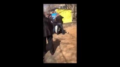 Момент избиения Юдаковой Л.И., 19 апреля